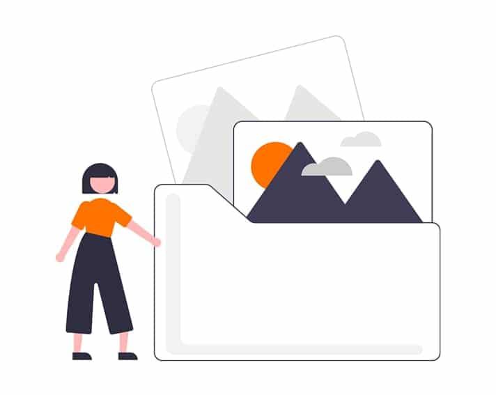 Chica con una carpeta de imagenes para optimizar y poscionar usando métodos white hat seo